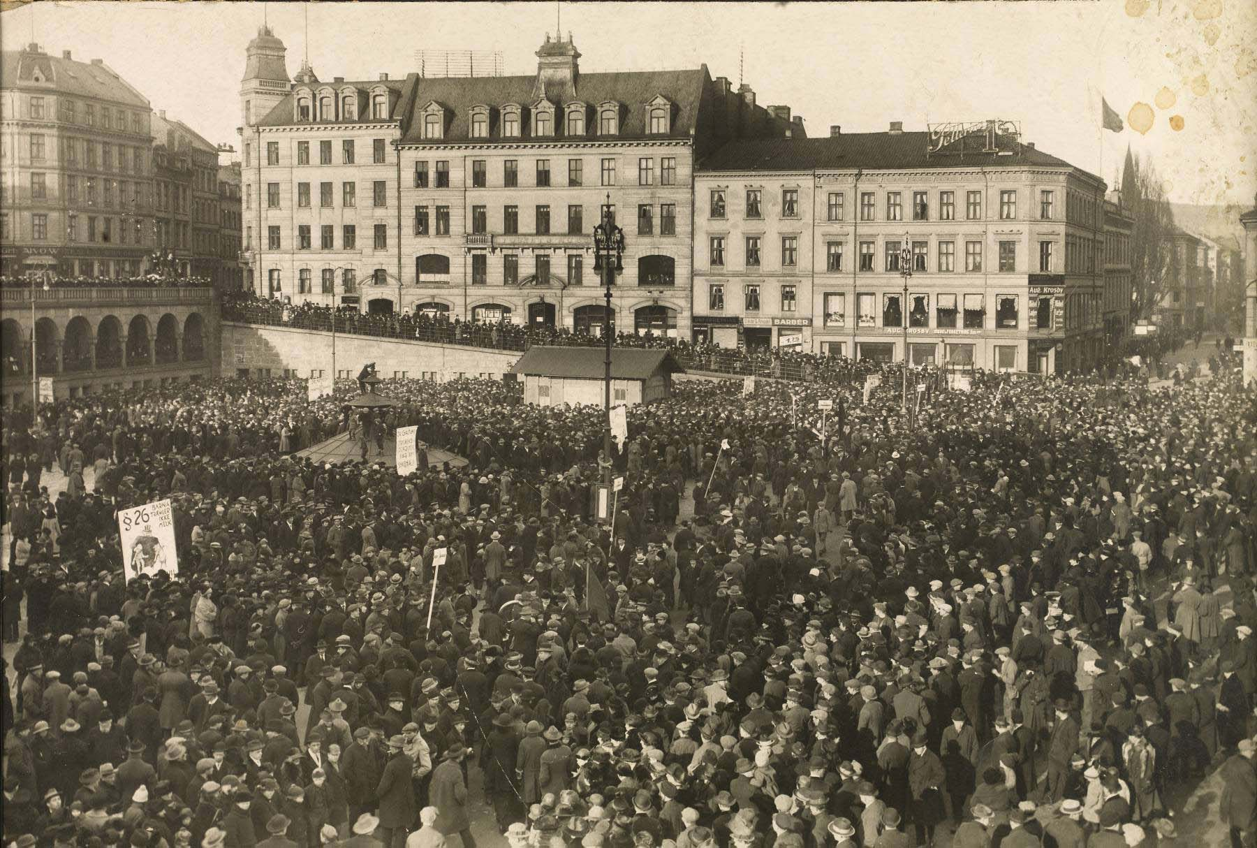 Demonstrasjon på Youngstorget under lockouten 17. mars 1924.